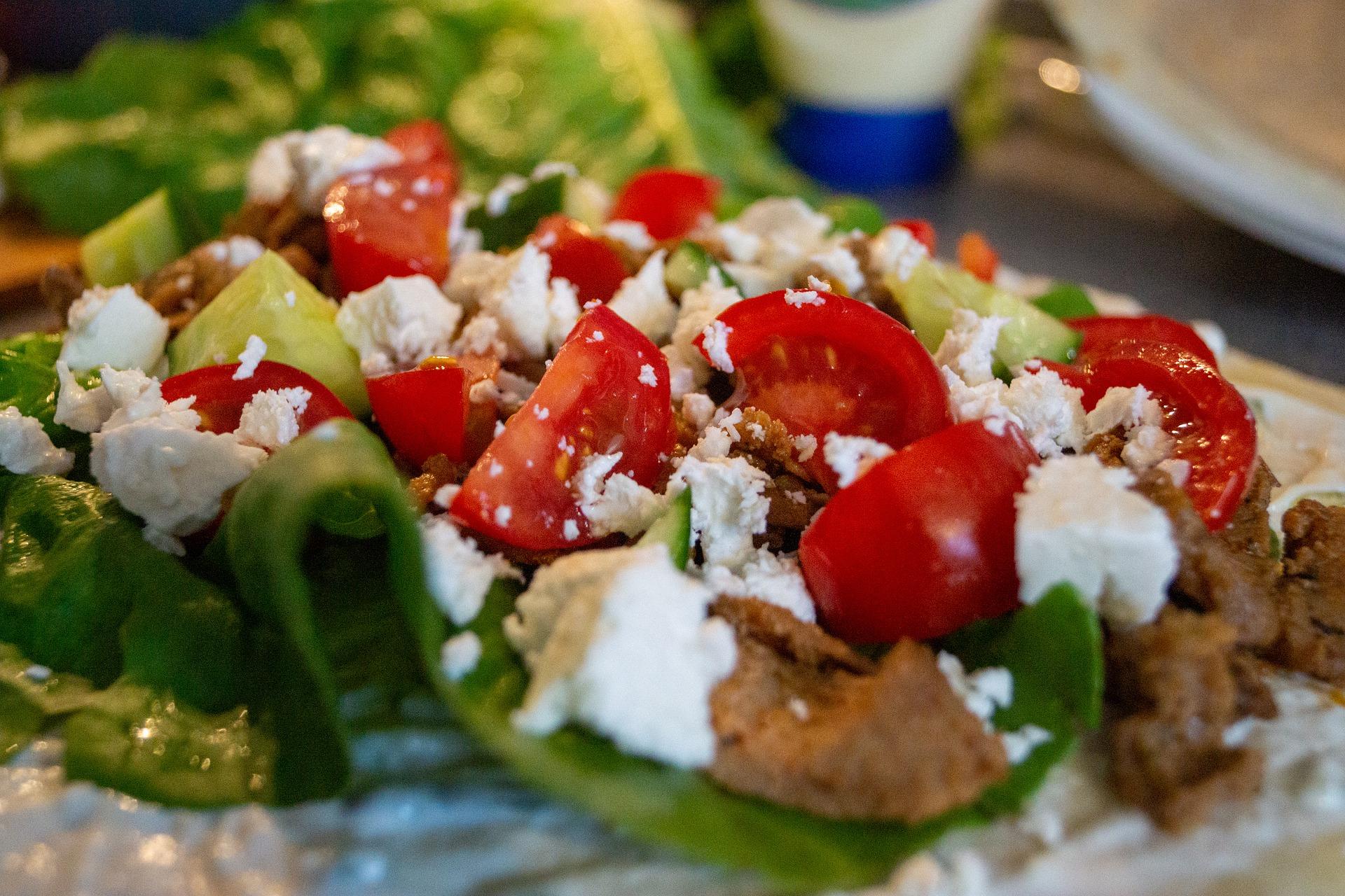 Salat mit Paradeisern und Schafskäse sowie gegrillten Fleischstücken